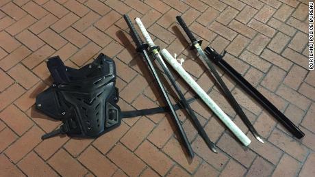 La policía de Portland proporcionó esta imagen de lo que dicen que confiscaron durante la protesta.