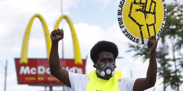 Jerry Johnson participa en una manifestación de protesta frente a un McDonald's en Detroit el 20 de julio. (AP Photo / Paul Sancya)