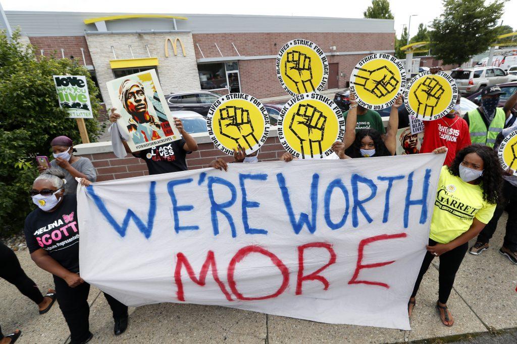 Los empleados de McDonald's en Detroit abandonan el trabajo para celebrar como parte de la huelga nacional