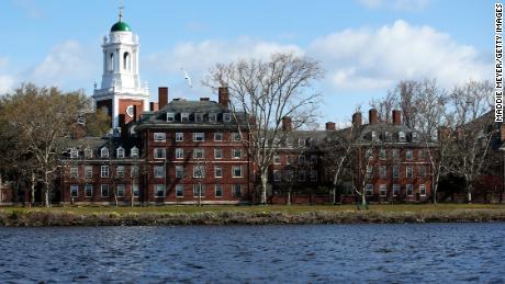 La administración de Trump elimina las restricciones a la instrucción solo en línea para estudiantes extranjeros