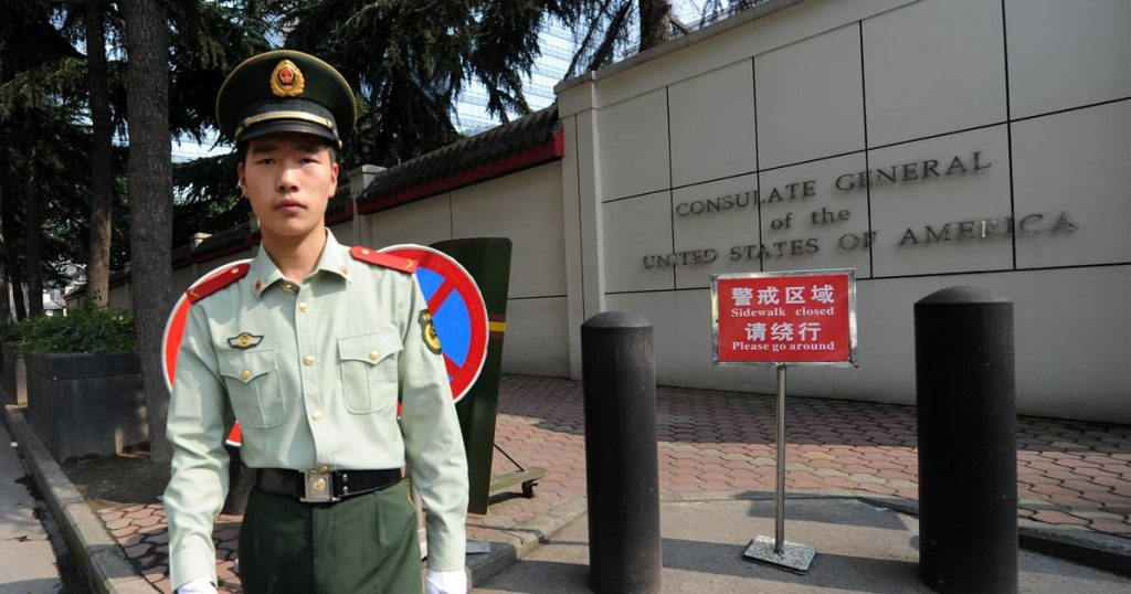 China ordena a Estados Unidos cerrar consulado en Chengdu en medio de crecientes tensiones diplomáticas