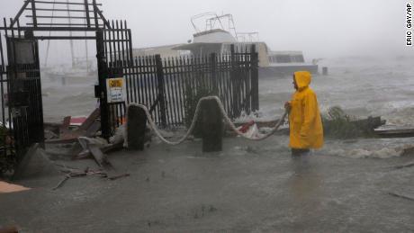 Jame Rowles examina el daño después de que los muelles en el puerto deportivo donde estaba asegurado su barco fueron destruidos cuando el huracán Hanna tocó tierra, el sábado 25 de julio de 2020, en Corpus Christi, Texas.
