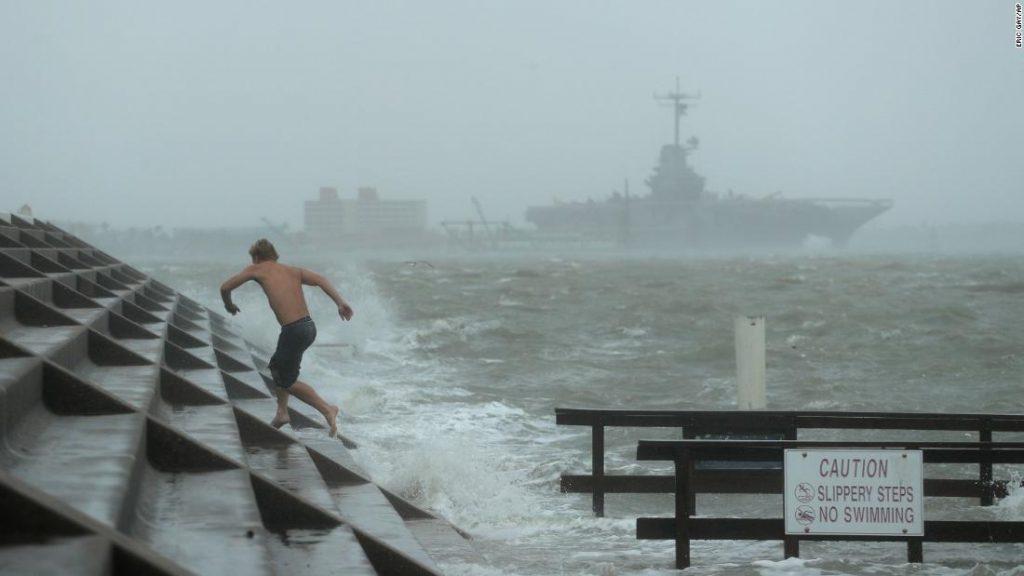 El huracán Hanna se debilita a tormenta tropical después de tocar tierra en el sur de Texas
