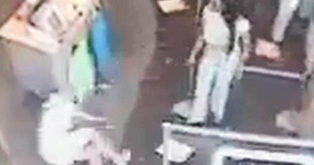 La disputa por la máscara deja al cliente de Staples con una pierna rota después de que una mujer la arroja al suelo