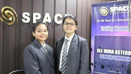 Radhika Lakhani se encuentra a la izquierda con su compañero de proyecto Vaidehi Vekariya.