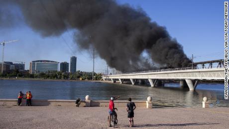 Los espectadores miran la escena del descarrilamiento el miércoles en Arizona.