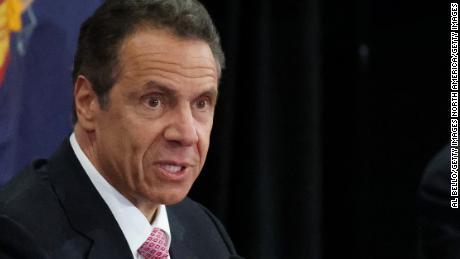 Cuomo dice que los funcionarios del DHS tienen 'posible responsabilidad penal' por la prohibición de entrada global