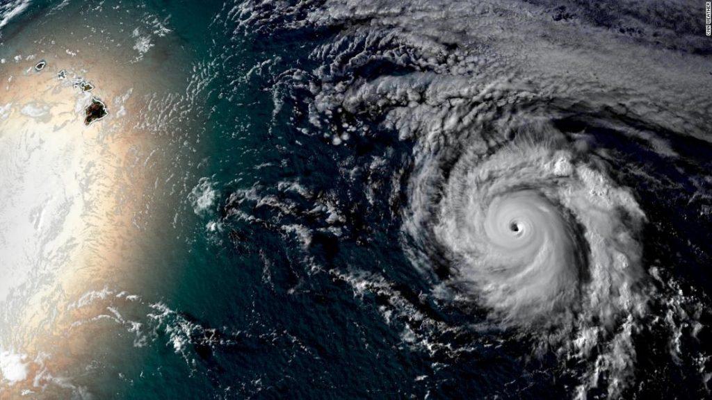 El huracán Douglas podría convertirse en el tercero en la historia moderna en tocar tierra en Hawai