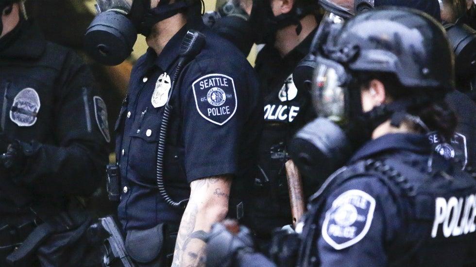 El juez dictamina que los medios de comunicación tienen que entregar imágenes, imágenes de la protesta de mayo en Seattle que se tornó violenta