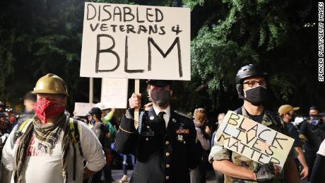 Un grupo de veteranos se une a la protesta.
