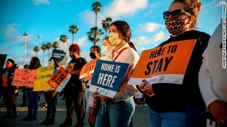 Un juez ordenó a los Estados Unidos que acepte nuevas solicitudes de DACA.  No está claro si la administración Trump lo hará