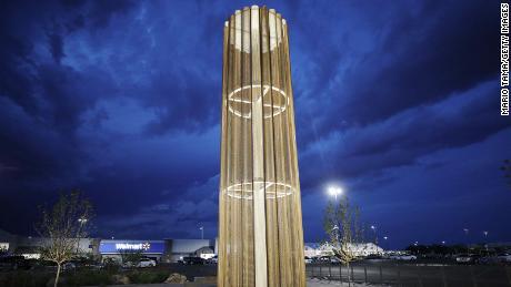 El & # 39; Grand Candela & # 39; fue construido el año pasado en el extremo sur del estacionamiento de la tienda Walmart para honrar a las víctimas.