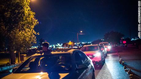 Los habitantes de El Paso condujeron el domingo por Ascarate Park para ver una exhibición de luminarias en honor a las víctimas del tiroteo.