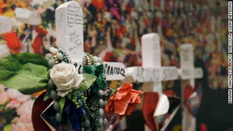 Varios objetos de un monumento improvisado que se formó detrás de Walmart después del tiroteo son parte de una nueva exhibición en el Museo de Historia de El Paso.