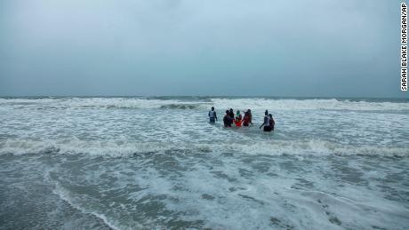 Kerra Houser y su familia nadan en North Myrtle Beach, Carolina del Sur, el lunes 3 de agosto de 2020.