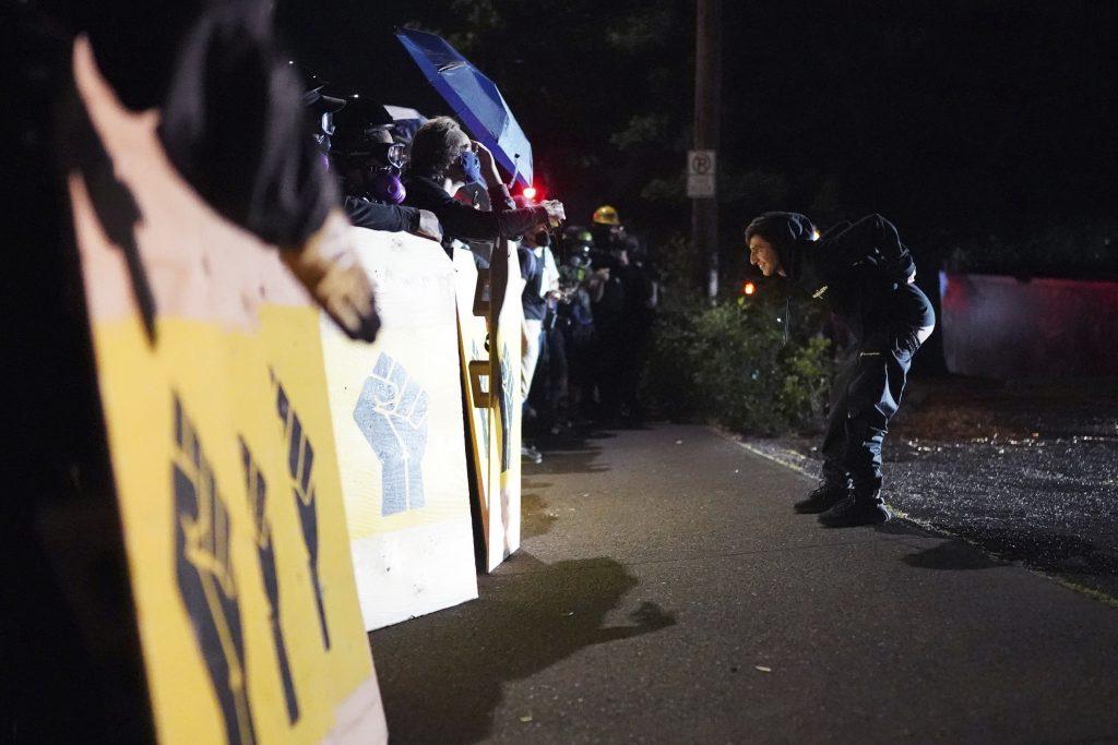 Riot volvió a declararse en Portland después de que la multitud marchara en el edificio del sindicato de la policía