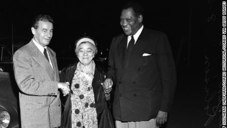 Vincent Hallinan (izquierda) Candidato progresista a la presidencia, Charlotta Bass y Paul Robeson.