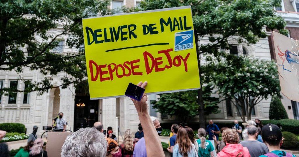 Los manifestantes se reúnen en la casa del jefe del Servicio Postal en medio de preocupaciones por los retrasos en las boletas enviadas por correo