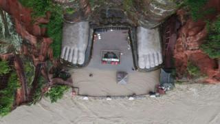 Las aguas llegan a la plataforma de la estatua (12 de agosto)