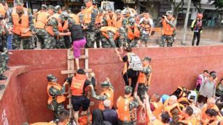 Los equipos de rescate ayudan a los aldeanos evacuados a bajar de los barcos a tierra en Sichuan (18 de agosto)