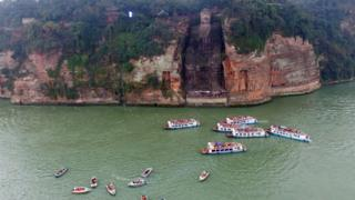Barcos turísticos junto al Buda de Leshan en febrero