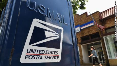 El Servicio Postal retrocede ante los cambios, ya que al menos 20 estados demandan por posibles retrasos en el correo antes de las elecciones