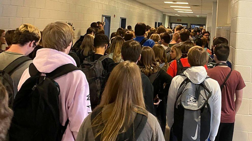 9 personas dan positivo por coronavirus en una escuela de Georgia que se volvió viral por una foto llena de gente