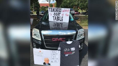 Maestros de Georgia tocan cuernos en protesta por el regreso a la escuela
