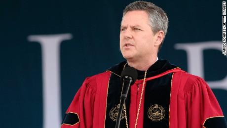 El presidente de Liberty University insta a los estudiantes a estar armados