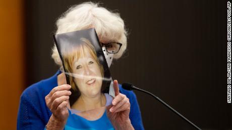 Dolly Kreis sostiene una foto de su hija Debbie Strauss y se la muestra a Joseph James DeAngelo, conocido como el Golden State Killer, quien no miró hacia atrás, durante el primer día de declaraciones de impacto de la víctima.