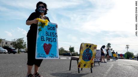 Anna Pérez, de 53 años, sostiene un letrero durante una vigilia en automóvil en El Paso, Texas, en honor a las 23 víctimas en el tiroteo de Walmart el sábado.
