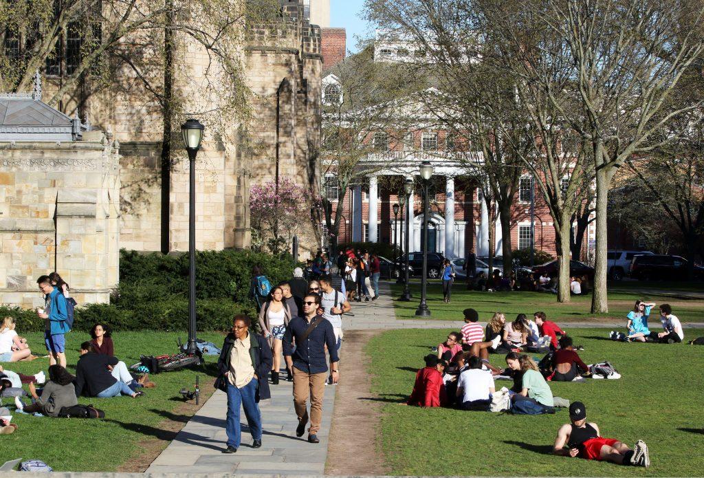 Yale discrimina ilegalmente a estudiantes blancos y asiáticos, dice el Departamento de Justicia